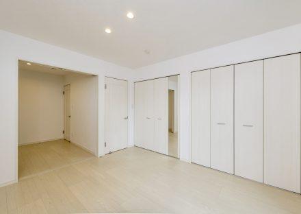 名古屋市瑞穂区の賃貸アパートの収納が多い白を基調とした洋室