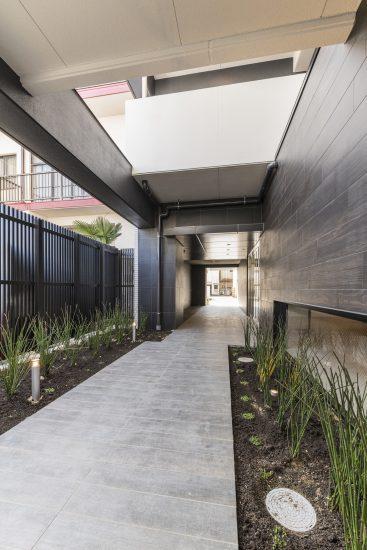 名古屋市西区の賃貸マンションの両サイドに植栽のある玄関アプローチ