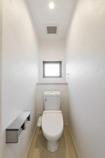 名古屋市瑞穂区のメゾネット賃貸アパートの窓&棚付きのトイレ