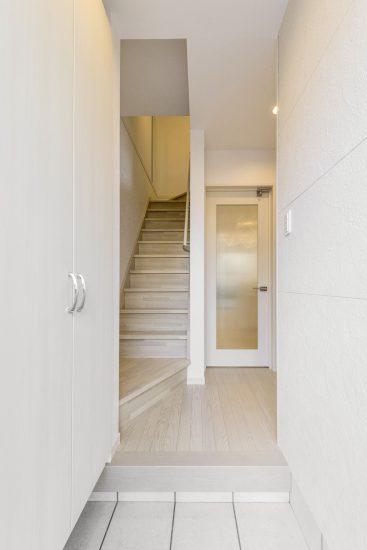 名古屋市瑞穂区の賃貸アパートの奥に階段がある収納付き玄関ホール