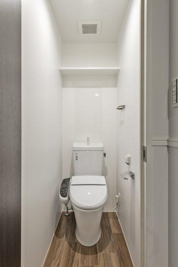 愛知県小牧市の賃貸マンションの光沢のある壁がおしゃれなトイレ