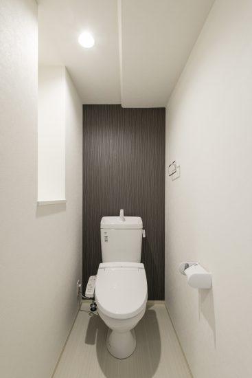 名古屋市西区の賃貸マンションのダークなアクセントクロスで、落ち着いた雰囲気のトイレ