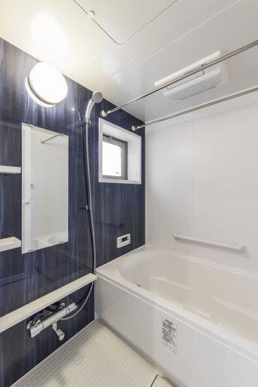 名古屋市瑞穂区の賃貸アパートの広々とした窓付きのバスルーム