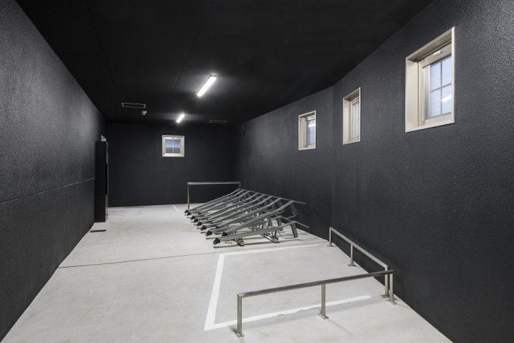 愛知県小牧市の賃貸マンションの屋内2段ラック付きの駐輪場