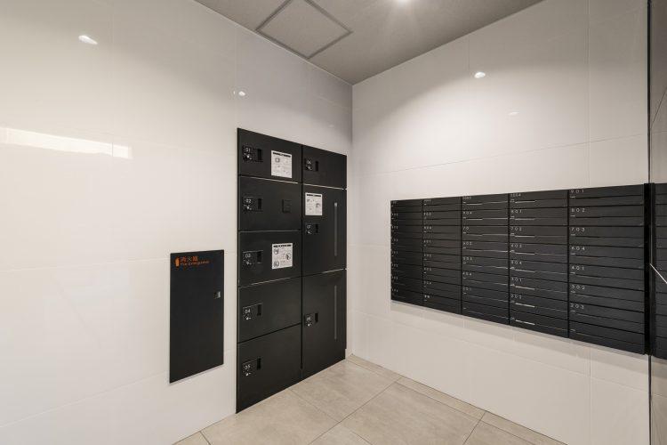 名古屋市西区の賃貸マンションの黒のスタイリッシュな宅配ボックス・メールボックス