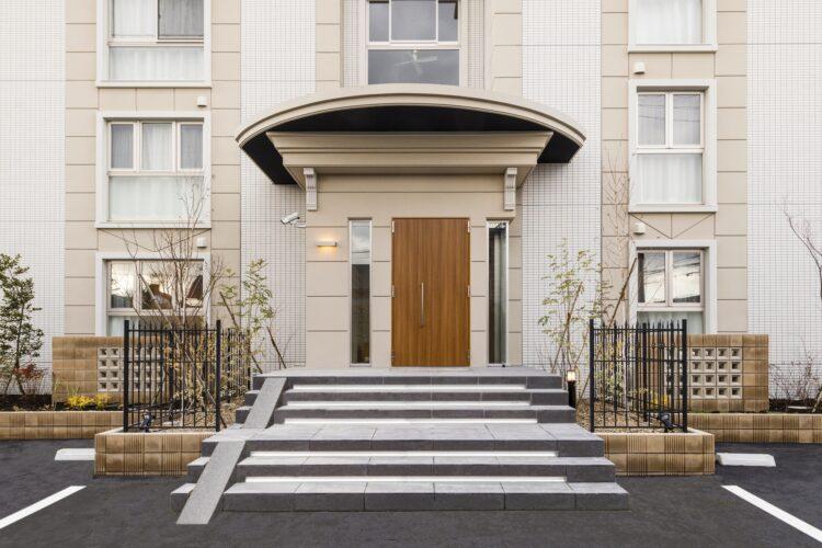 愛知県小牧市の賃貸マンションのおしゃれなアンティーク調のマンションエントランス写真