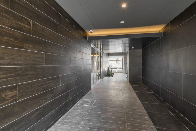 名古屋市西区の賃貸マンションのダークな色合いの高級感のあるアプローチ