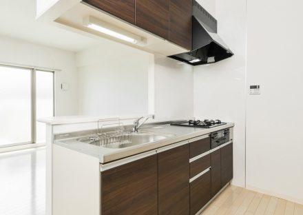 名古屋市緑区の賃貸マンションの吊戸棚付きダークブラウンのキッチン
