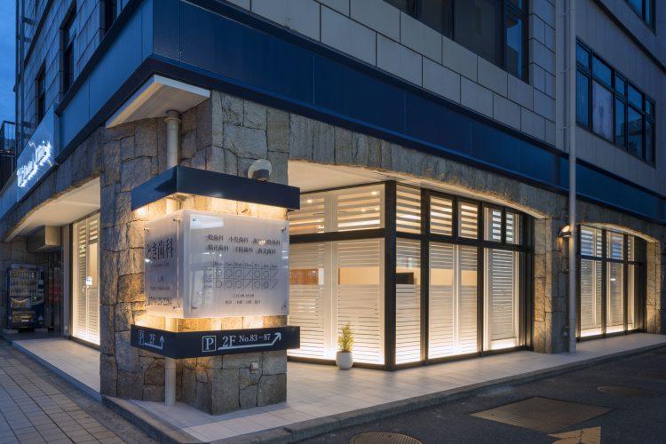 三重県桑名市の医療施設のライトアップされた夕方の外観