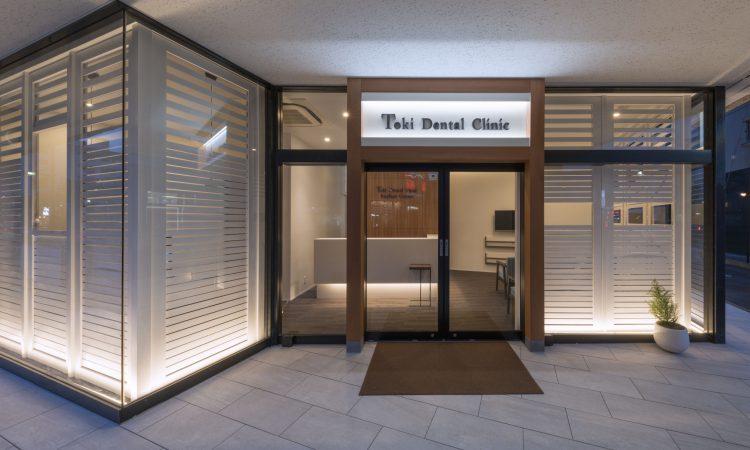 三重県桑名市の医療施設のスタイリッシュな玄関