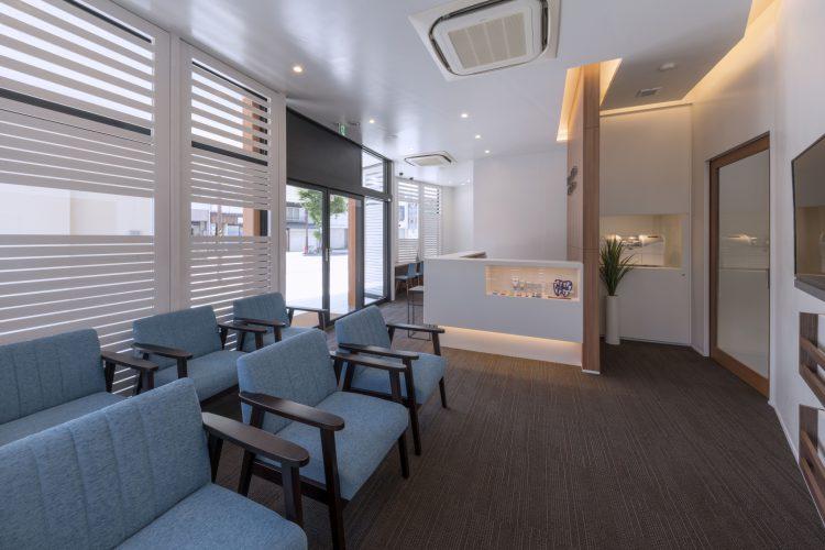 三重県桑名市の医療施設の待合室と受付
