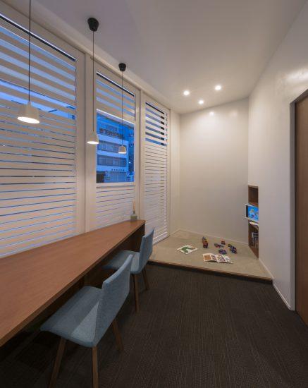 三重県桑名市の医療施設の待合室とキッズスペース