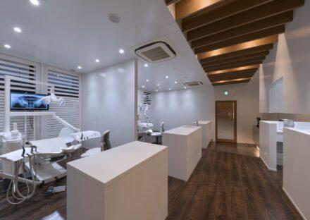 三重県桑名市の医療施設の白を基調にしたスタイリッシュの診察室
