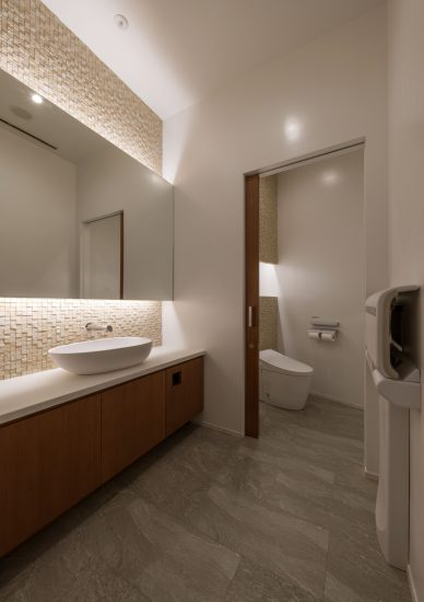 三重県桑名市の医療施設の鏡が大きくおしゃれなトイレ