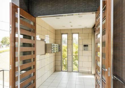 名古屋市緑区の賃貸マンションのスリットのあるドアの付いた明るいエントランスホール