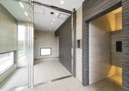 愛知県知多郡武豊町の賃貸マンションの凹凸のある壁が高級感をだすエントランスホール