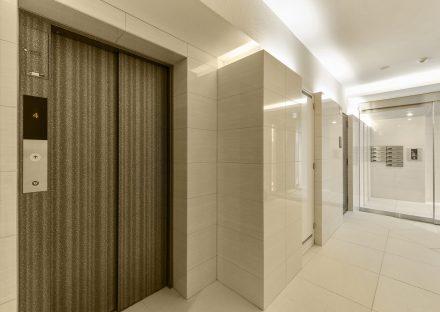 名古屋市名東区の賃貸マンションの白を基調としたエレベーターホール