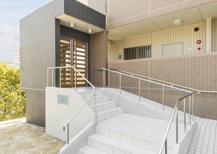 名古屋市緑区の賃貸マンションのエントランススロープも付いたエントランス