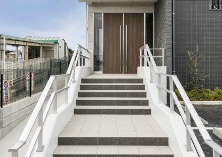 愛知県知多郡武豊町の賃貸マンションの手すりの付いた階段の玄関アプローチ
