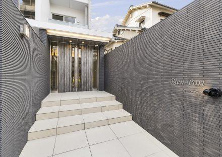 名古屋市名東区の賃貸マンションのサイドの壁が高級感のあるエントランス