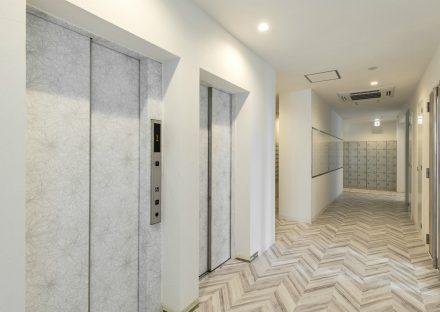 愛知県日進市の学生寮の2台エレベーターが並ぶエレベーターホール