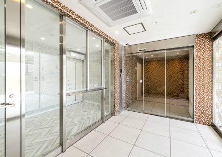 愛知県日進市の学生寮のガラスが多く明るいエントランスホール
