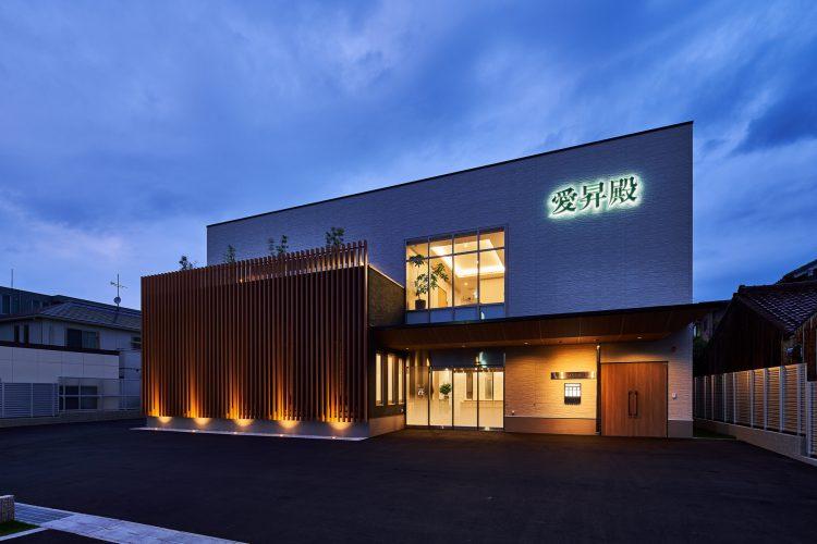 名古屋市南区の商業施設:葬儀場の夜のライトアップは、落ち着いた雰囲気の建物