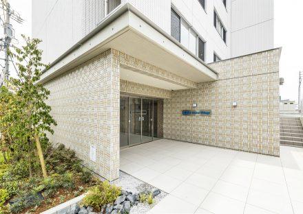 愛知県日進市の学生寮の植栽があるナチュラルテイストなエントランスの写真