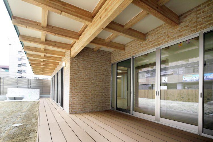 名古屋市天白区の保育施設の屋根付きのテラス
