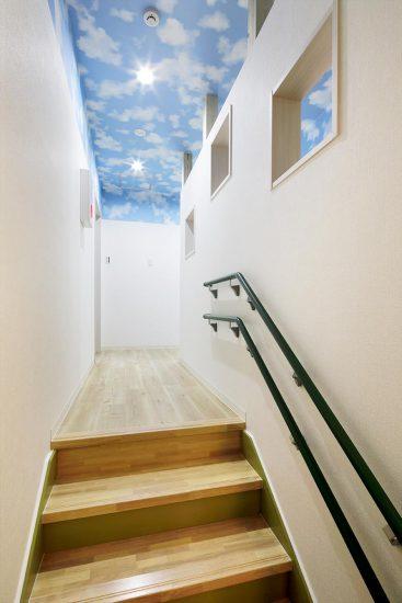 名古屋市天白区の保育施設の空の模様の入った天井の階段