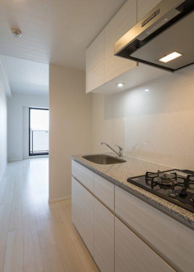 名古屋市北区の賃貸マンションの吊り棚の付いたコンパクトなキッチン
