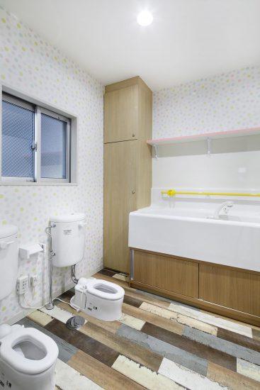 名古屋市天白区の保育施設の1階 幼児用のトイレ ロッカー付