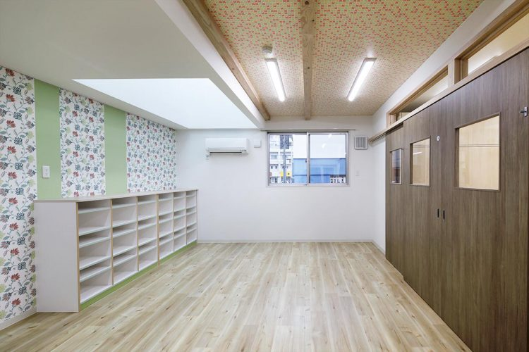 名古屋市天白区の保育施設の花柄の壁紙とタイルの模様の付いた2歳児の保育室