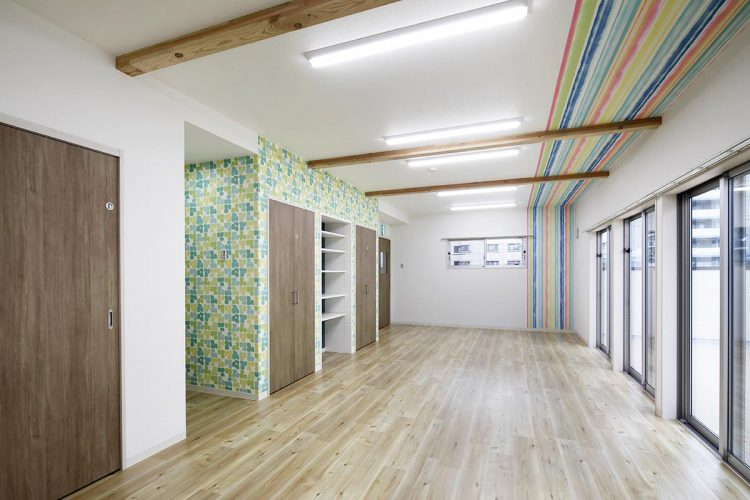 名古屋市天白区の保育施設の天井と壁の模様がきれいな本部用品倉庫