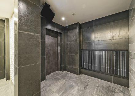名古屋市中区の賃貸マンションの大判タイルで高級感のあるエレベーターホール