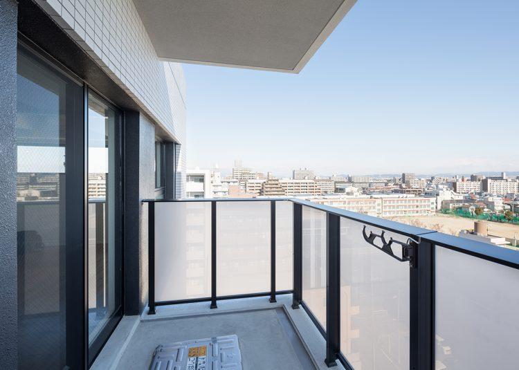 名古屋市北区の賃貸マンションのフレームがダークカラーのスタイリッシュなバルコニー