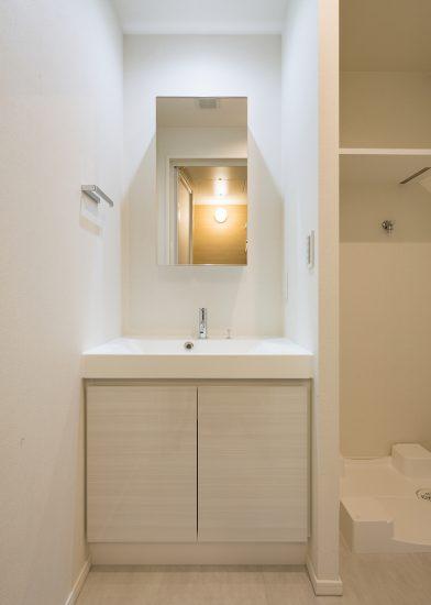 名古屋市北区の賃貸マンションの洗面台と洗濯機置場の間に仕切りあるデザイン