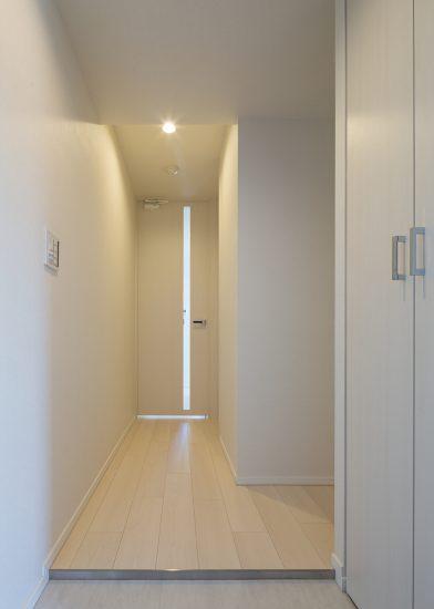 名古屋市北区のモダンな賃貸マンションのシンプルな収納付きの玄関
