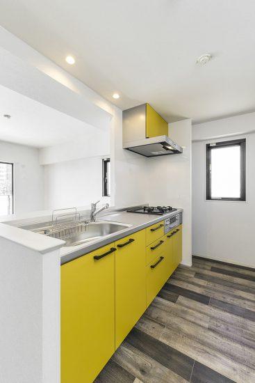 黄色のキッチン写真