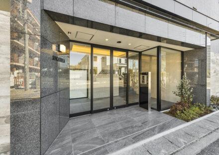 名古屋市名東区の賃貸マンションの高級感あるエントランス写真