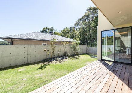 愛知県日進市の注文住宅の芝生の庭に面したデッキテラス・ガーデン
