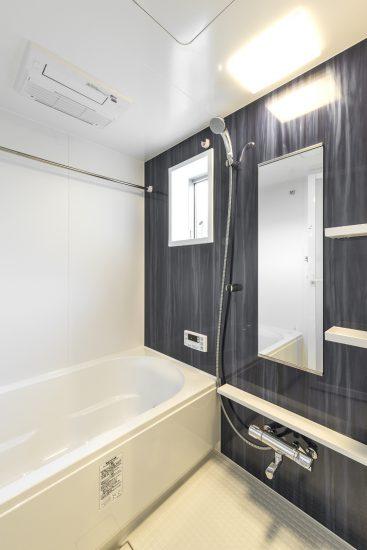 愛知県一宮市の賃貸アパートの縦模様の浴室