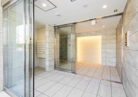 名古屋市名東区の賃貸マンションの白系の色で統一されたエントランスホール