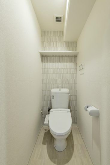 名古屋市名東区の賃貸マンションの棚付きのシンプルなトイレ