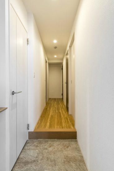 名古屋市名東区の賃貸マンションのシューズクローゼット付の玄関