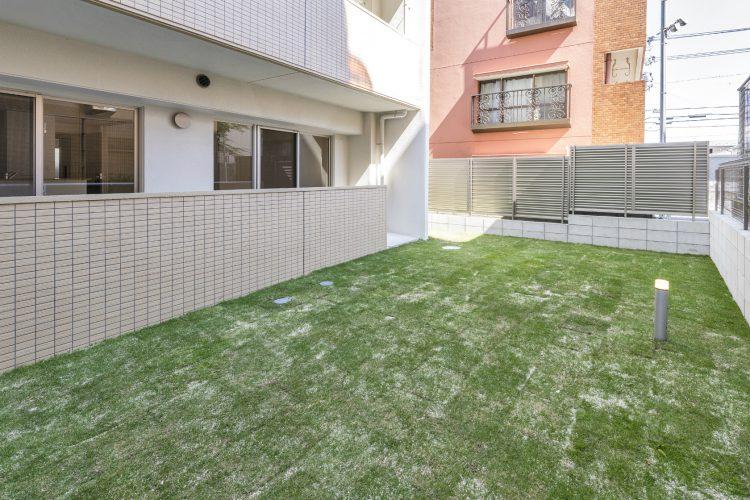 名古屋市名東区の賃貸マンションの裏手の庭