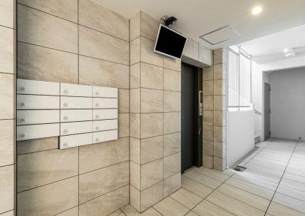名古屋市名東区の賃貸マンションのオフホワイトのメールボックス付きエレベーターホール