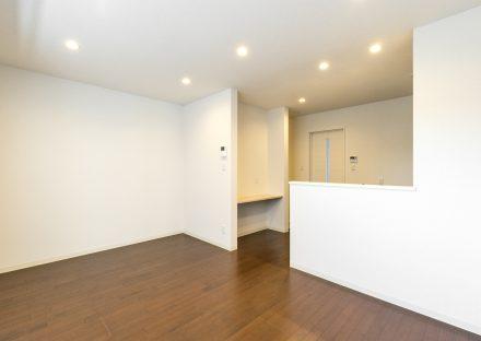 愛知県一宮市の賃貸アパートのキッチン横に棚のあるシンプルなLDK