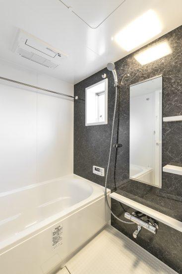 愛知県一宮市の賃貸アパートのブラック浴室