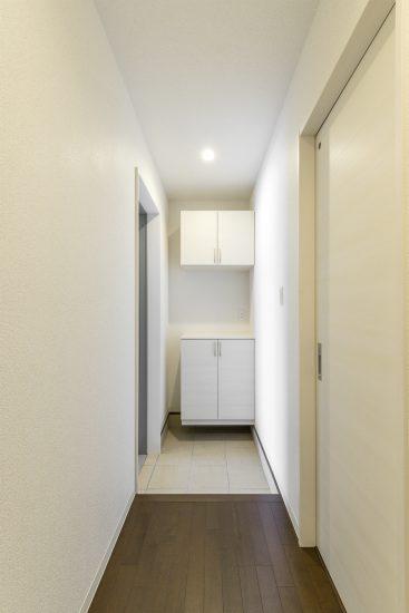 愛知県一宮市の賃貸アパートの白を基調とした飾り棚付きの玄関ホール